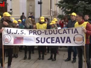 """Circa 50 de profesori au ieşit în stradă: """"Nu am ieşit să cerem măriri de salarii, am ieşit să cerem aplicarea legilor"""""""