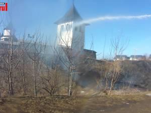 Hectare întregi au fost cuprinse de flăcări în judeţ, în opt incendii de vegetaţie uscată