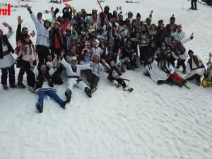 Iubitorii sporturilor de iarnă au dansat hore și au coborât pe pârtie îmbrăcați în port popular
