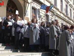 Grefieri de la instanţele şi parchetele din Suceava au protestat vineri în faţa Palatului de Justiţie