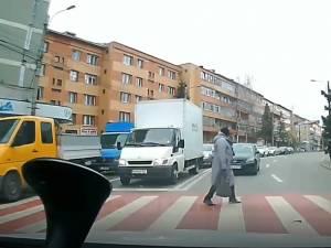 Un șofer intrat cu mașina pe contrasens, la un pas să lovească pietonii de pe trecerea de la Bancă
