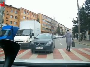 Un şofer a depăşit pe contrasens coloana de maşini oprită la trecerea de pietoni şi a fost la un pas să accidenteze o femeie care traversa strada regulamentar