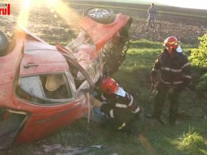 Un şofer beat a intrat violent cu maşina într-un copac