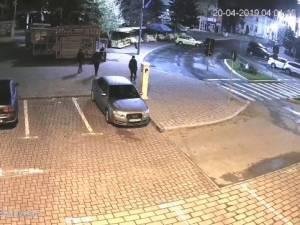 """Trei """"teribiliști"""" care au vandalizat coșurile de gunoi din Suceava, prinși în baza imaginilor video a camerelor de supraveghere"""