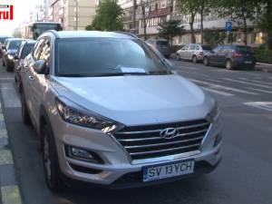 Maşina unui şofer beat prins de polițişti a fost lăsată în drum şi a blocat o arteră principală a Sucevei