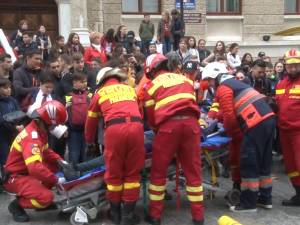 """Acţiunea """"Fii conştient, nu dependent"""" a adunat joi sute de tineri în centrul municipiului Suceava"""