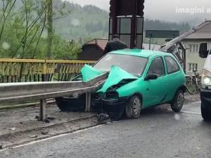 Un şofer a scăpat nevătămat, după ce un parapet a străpuns de-a lungul autoturismul