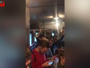 Călători înghesuiţi ca sardelele în trenul de Putna