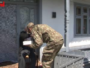 Mâna unui veteran de război trecut de 105 ani, sărutată de un militar împuşcat în Afganistan