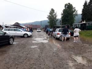 Momente de groază pentru turiştii aflaţi în vagoanele Mocăniţei, după ce trenul a fost blocat, iar aceştia au fost terorizaţi de un localnic