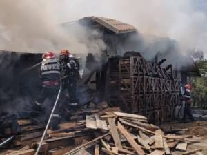 Depozit de lemne și furaje, distrus de un incendiu la Salcea