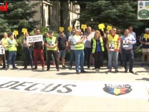 Poliţiştii suceveni au protestat nemulţumiţi de salarii şi de pistoalele şi maşinile cu care lucrează