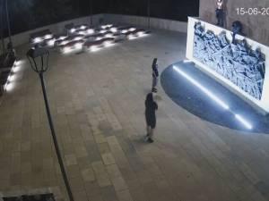 """Părinţii tinerilor care au vandalizat statuia ecvestră a lui Ștefan cel Mare habar nu aveau despre """"distracţiile"""" copiilor lor"""
