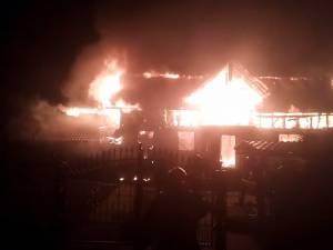 Casa unei familii plecate în străinătate, distrusă de un incendiu