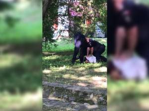Un bărbat cu un comportament indecent faţă de o minoră a ajuns la spital după ce a fost pulverizat cu  spray de o jandarmeriţă