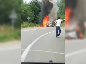 Un Mercedes a ars violent, în trafic, între Ilişeşti şi Păltinoasa