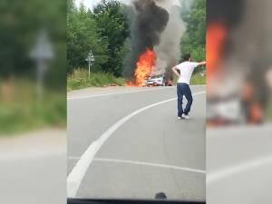 O maşină de lux a luat foc în trafic pe DN17