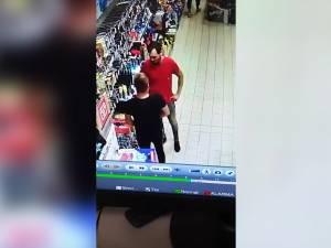 Furt dintr-un hipermarket din Suceava, filmat cu camerele de supraveghere