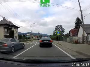 Depășire în viteză, pe trecerea în pietoni, în timp ce ceilalți șoferi dădeau prioritate unui copil