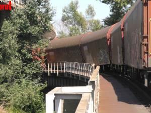 Un tren de marfă a deraiat pe podul de peste apa Sucevei de la Dornești