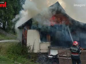 Incendiu puternic la o casă aflată în pădure, la Iacobeni