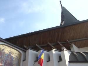 """Vineri a fost sfințită crucea înaltă de 3,5 metri care va fi montată pe Turnul Unirii, lângă Biserica """"Naşterea Maicii Domnului"""" de lângă Palatul de Justiţie"""