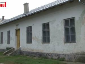 Soarta tristă a școlilor din satele mici. La Slobozia Sucevei a mai rămas o mână de elevi într-o școală scorojită, din anii '20
