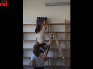 "Tineri voluntari belgieni au renovat biblioteca Liceului Tehnologic ""Vasile Cocea"" din Moldoviţa"
