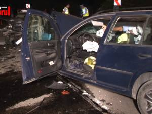 Două persoane au murit, aseară, după ce mașina cu care se deplasau regulamentar a fost lovită în plin