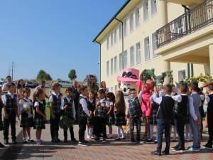 """Cu zâmbete pe chip şi bucurie în suflet, zeci de elevi au păşit ieri în Şcoala Primară """"Sf. Ioan cel Nou de la Suceava"""""""