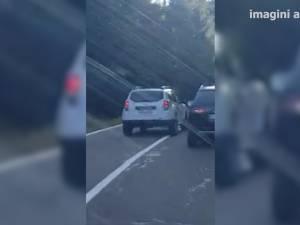 Depăşire inconştientă, în curbă, efectuată de şoferul unei maşini MAI a Prefecturii Suceava