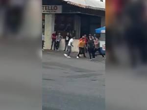Pumni împărţiţi între mai mulţi tineri în faţa autogării din Fălticeni