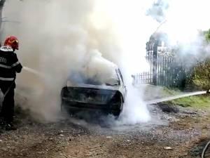 O maşină a ars ca o torţă în cartierul Iţcani