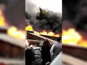 Cvartal de garaje afetate de un puternic incendiu