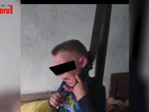 """El este individul care i-a pus ştreangul de gât propriului copil şi l-a fotografiat. După articolul din """"Monitorul de Suceava"""", poliţiştii au dispus reţinerea lui Vasile Duduman pentru 24 de ore"""