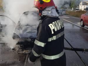 Maşină mistuită de flăcări într-un incendiu provocat de un scurtcircuit