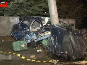3 tineri au scăpat miraculos cu viaţă din maşina care s-a lovit violent de un stâlp şi apoi a luat foc