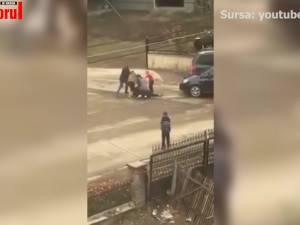 Două mame s-au bătut în fața școlii în care învață copiii lor