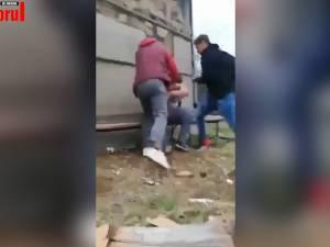 Elev bătut în faţa şcolii, de un alt elev şi de tatăl acestuia