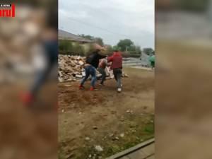 Un tată a lovit un elev în curtea școlii și și-a ajutat fiul să îl bată. Apoi s-a răfuit cu un cuțit cu fratele elevului