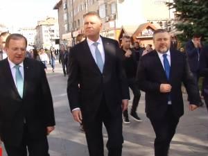 Preşedintele României, Klaus Iohannis s-a plimbat prin centrul Sucevei şi a făcut fotografii cu susţinătorii
