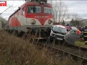 O mașină în care era trei oameni, lovită violent de trenul Suceava-Cacica