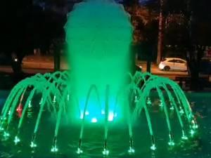 Fântâna arteziană cu jocuri de lumini, dată în funcțiune în Parcul de lângă Primăria Suceava