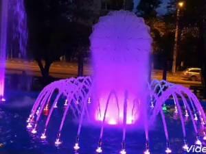 Fântână arteziană cu jocuri de lumini, dată în funcțiune în parcul de la Policlinică, vizavi de Primăria Suceava