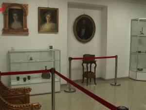 O expoziție cu piese din tezaurul național, aduse de la Muzeul Peleș, vernisată miercuri la Muzeul de Istorie Suceava