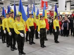 Ziua României, sărbătorită la Auchan cu defilare cu steaguri, dansuri și un tort imens, în culorile drapelului