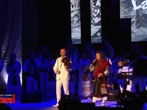 Sală arhiplină şi aplauze îndelungi la regalul folcloric oferit sucevenilor de Laura Olteanu şi Orchestra Fraţilor Advahov din Chişinău