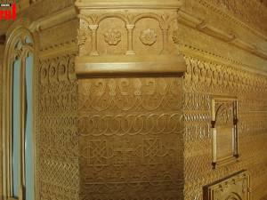 Un sculptor octogenar muncește de 30 de ani la o lucrare monumentală: redarea în lemn a Bisericii Sf. Trei