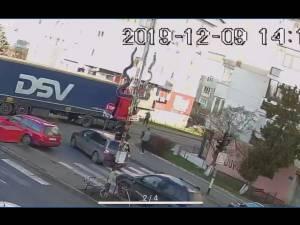 Femeie care traversa pe culoarea verde a semaforului, accidentată de un autotren condus de un şofer turc
