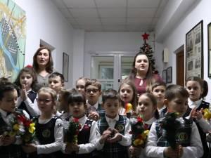 """Elevii clasei I de la Şcoala Primară """"Sf. Ioan cel Nou de la Suceava"""" au colindat redacţia Monitorului de Suceava"""